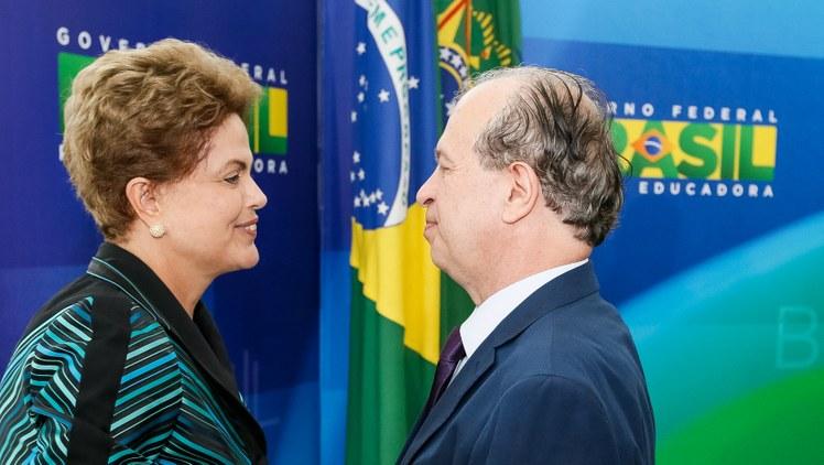 Renato Janine recibe el saludo de Dilma Rousseff durante su investidura como Ministro de Educación